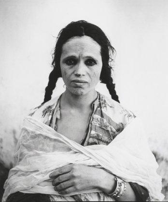 Portrait d'une algérienne dévoilée de force 1960 © Marc Garanger