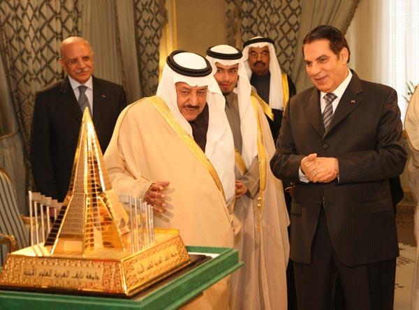 L'écusson de ''l'Université arabe Nayef des sciences sécuritaires'' remis au président Ben Ali