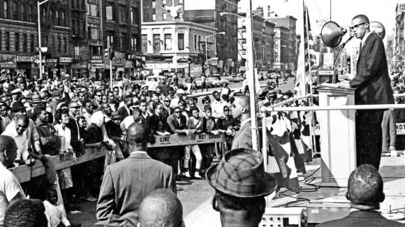 Malcolm X s'adressant à une foule
